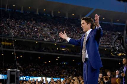 osteen and crowd